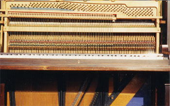 picture of a streightstrung piano